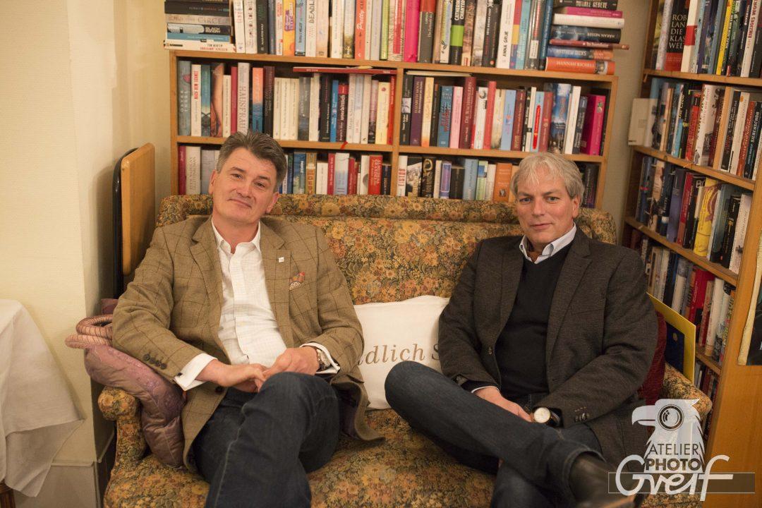Eckart Greif und Oliver Buhl sitzen auf einem Sofa