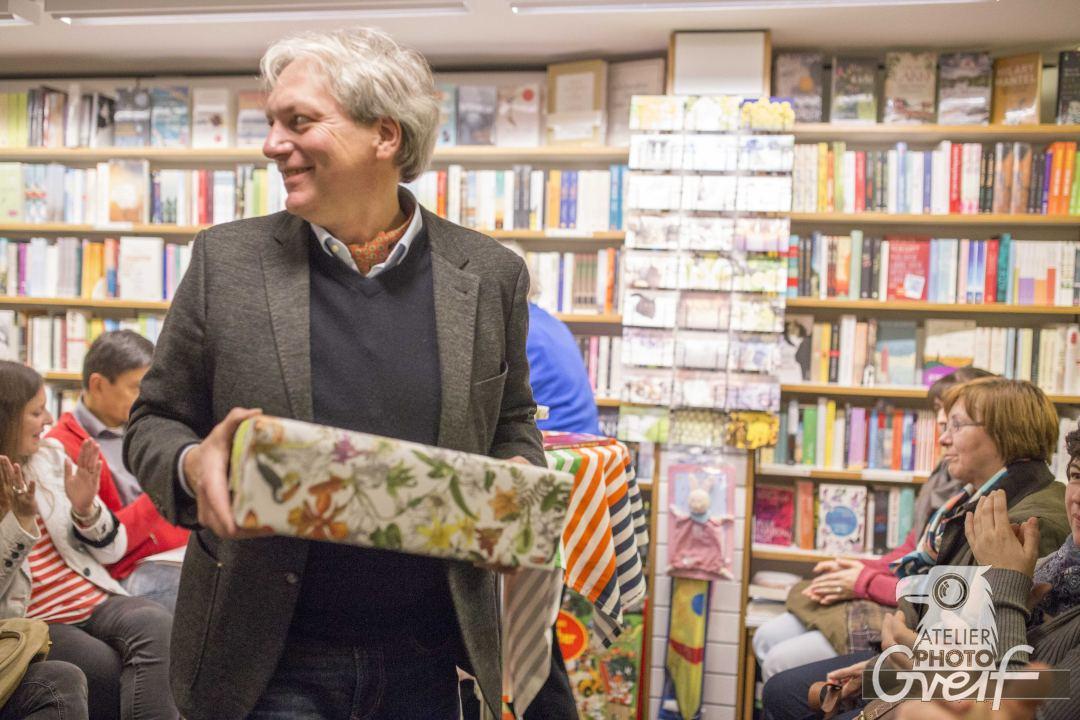 Oliver Buhl bekommt ein Geschenk