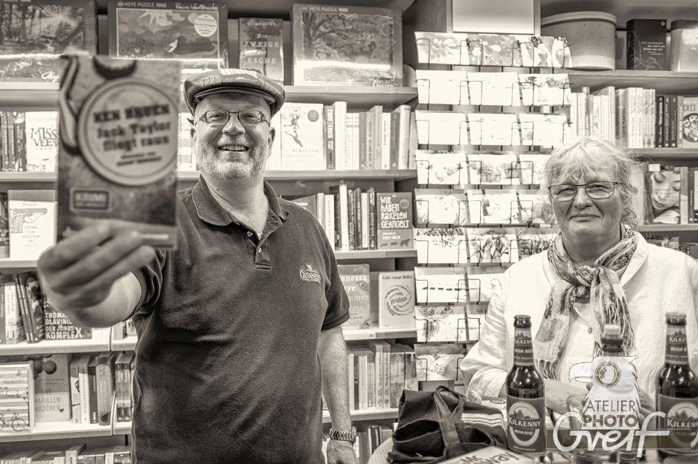 """Jürgen Haber zeigt das Buch von Ken Bruen """"Jack Taylor fliegt raus"""""""
