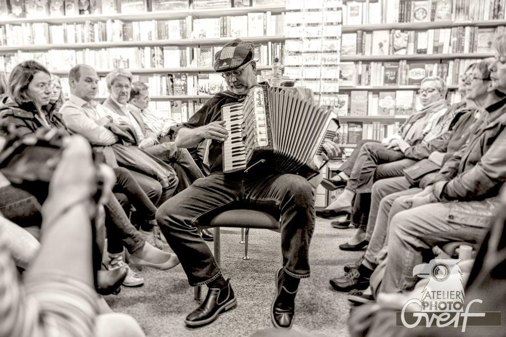 Jürgen Haber mit seinem Akkordeon schwarz-weiß 2