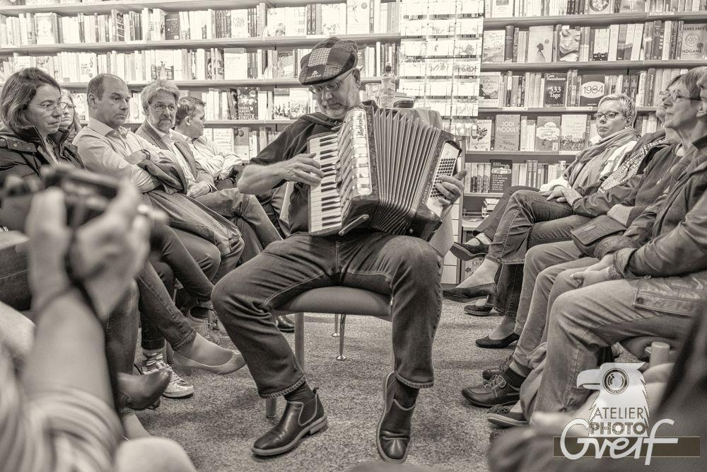 Jürgen Haber mit seinem Akkordeon schwarz-weiß