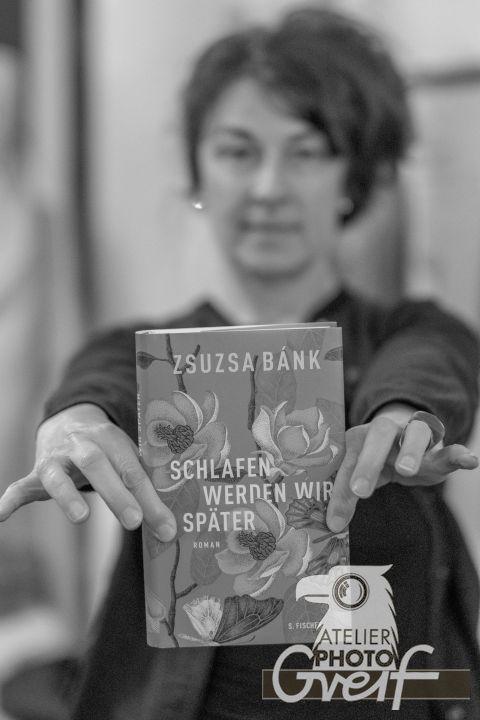 """Zsuzsa Bánk zeigt ihr Buch """"Schlafen werden wir später"""" schwarz-weiß"""