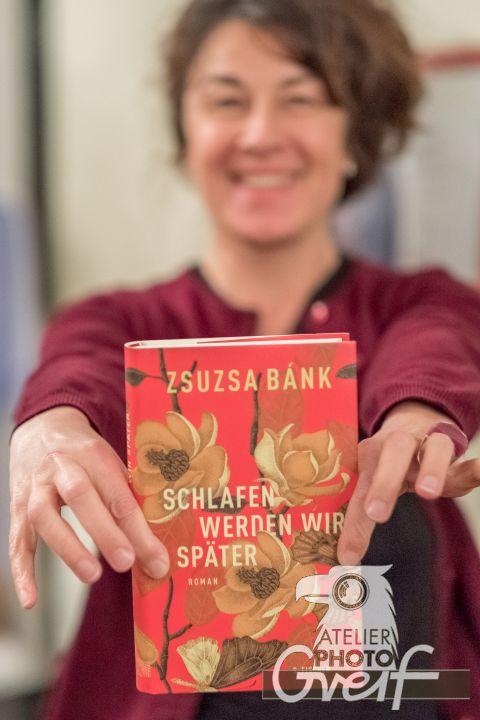 """Zsuzsa Bánk zeigt ihr Buch """"Schlafen werden wir später"""""""