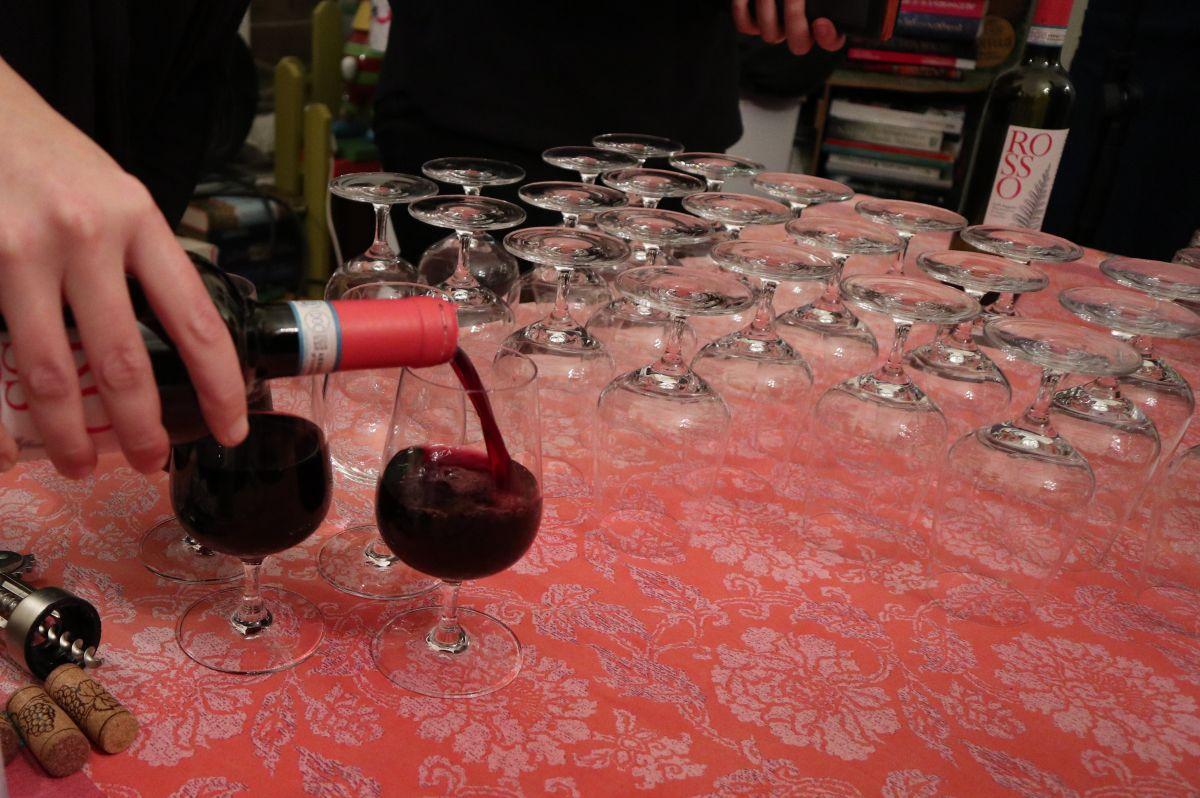 Wein wird gegossen